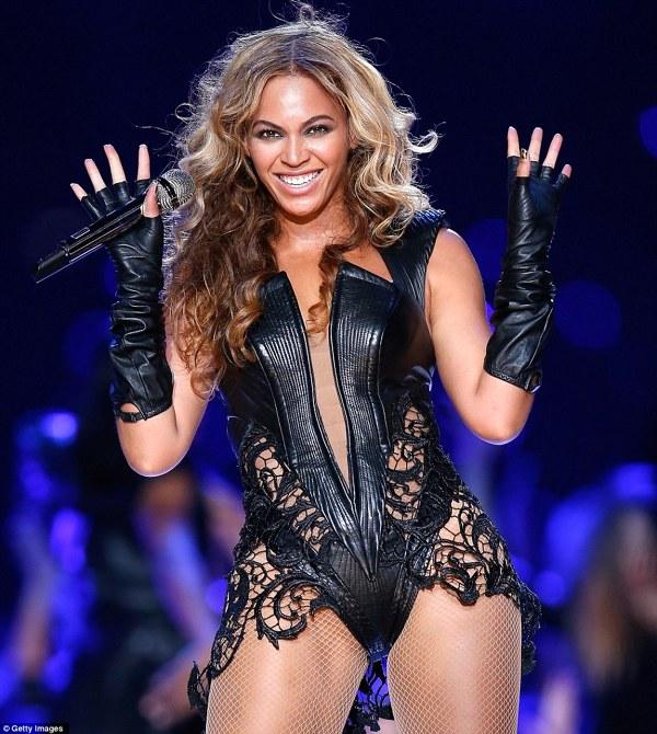Beyonce isi saluta publicul la Superbowl 2013