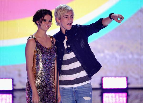 Maia Mitchell si Ross Lynch pe scena Teen Choice Awards 2013