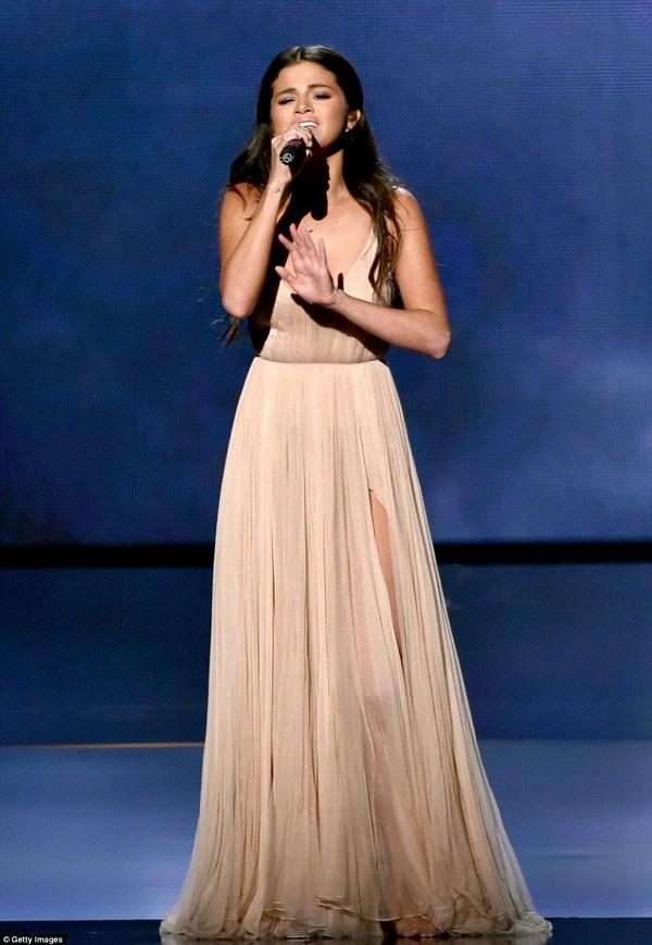 Selena Gomez a cantat la AMAs 2014