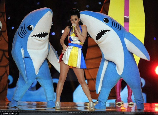 Katy Perry a cantat la Super Bowl 2015 alaturi de doi rechini