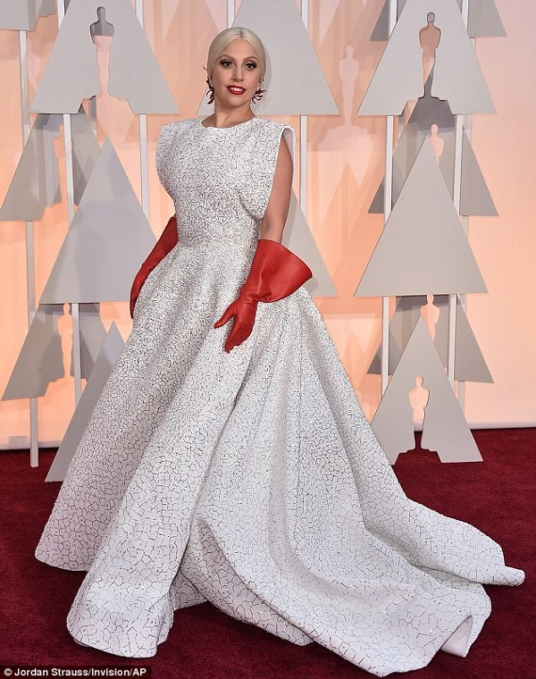 Lady Gaga pe covorul rosu la Oscars 2015