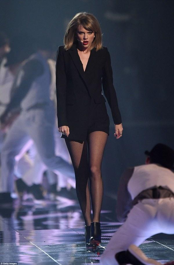 Taylor Swift pe scena Brit Awards 2015