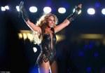Beyonce danseaza pe scena Superbowl