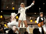 Taylor Swift pe scena premiilor Grammy