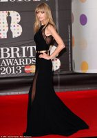 Taylor Swift pe covorul rosu la Brit Awards 2013
