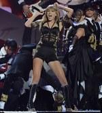 Taylor Swift a cantat si a dansat la Brit Awards 2013