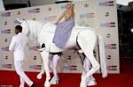 Lady Gaga a sosit pe un cal alb la AMA 2013