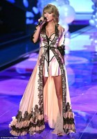 Taylor Swift a cantat la spectacolul Victoria's Secret