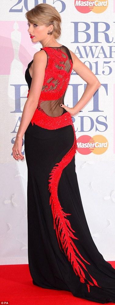 Taylor Swift pe covorul rosu la Brit Awards 2015