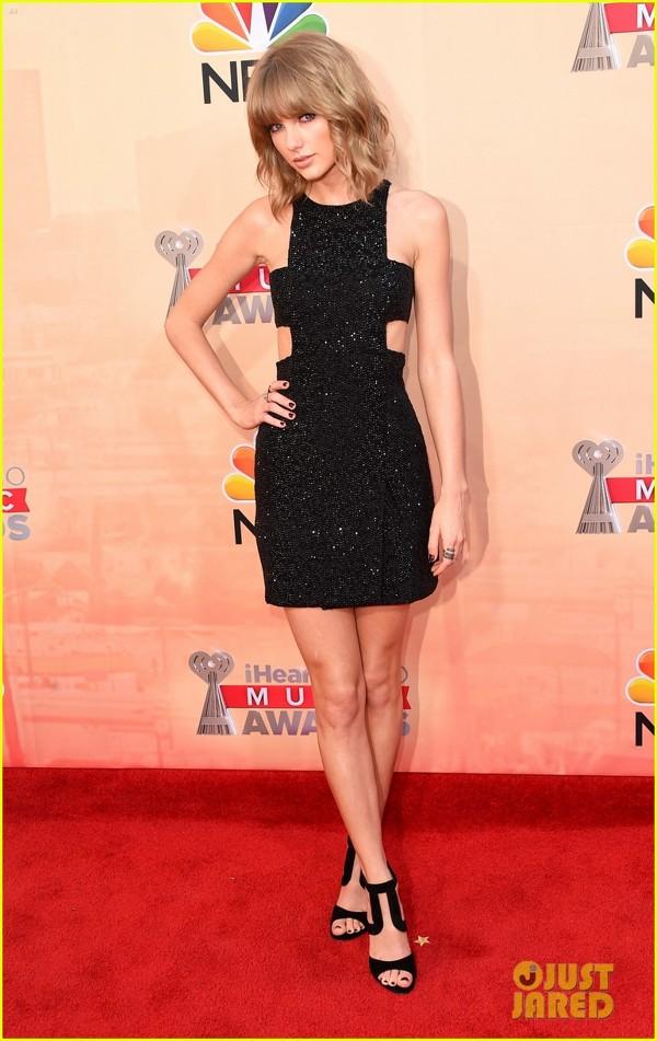 Taylor Swift pe covorul rosu la iheart music awards 2015