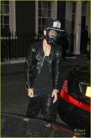 Justin Bieber a iesit la cumparaturi cu masca de gaze pe fata