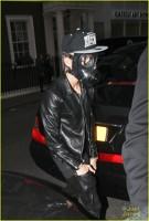 De ce poarta Justin Bieber masca de gaze cand iese la cumparaturi?