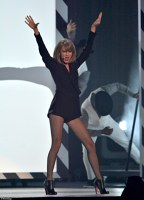 Taylor Swift a facut spectacol la Brit Awards 2015