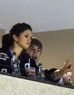 Justin Bieber ii explica Selenei regulile unui joc de hockey